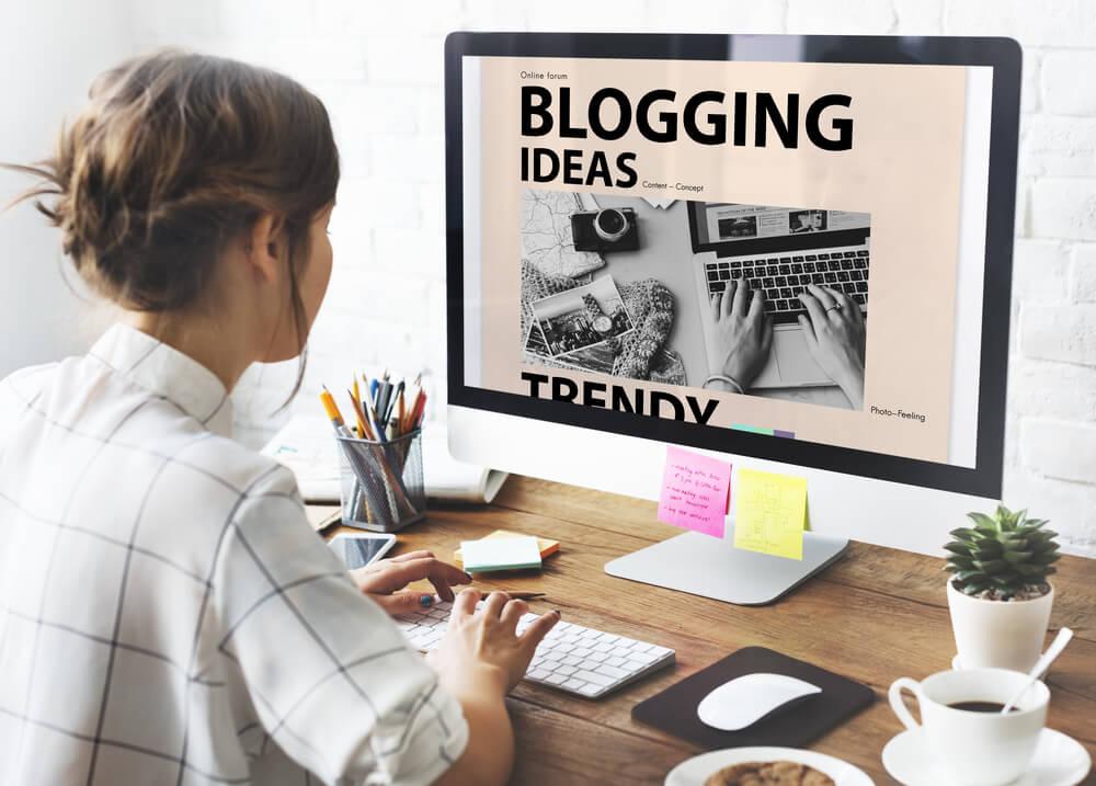 blogger alla ricerca di contenuti per content strategy