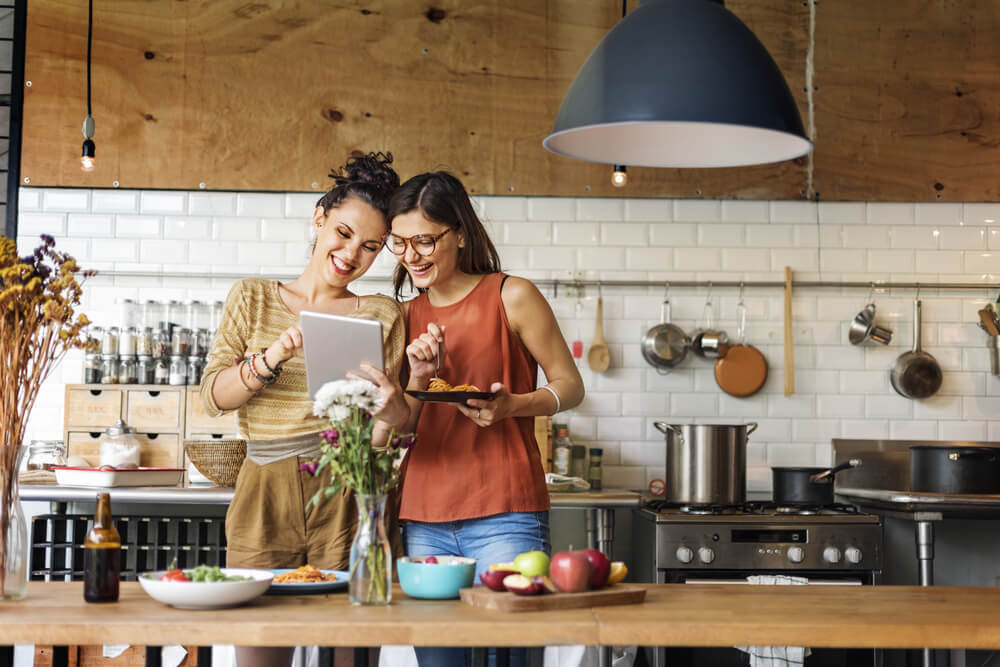 ragazze in cucina con tablet digital cooking